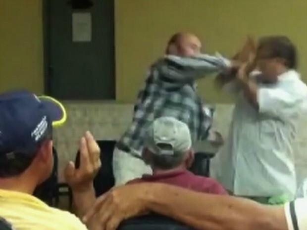 Agressão foi filmada por celulares de pessoas que estavam na reunião  (Foto: TV Verdes Mares/Reprodução)