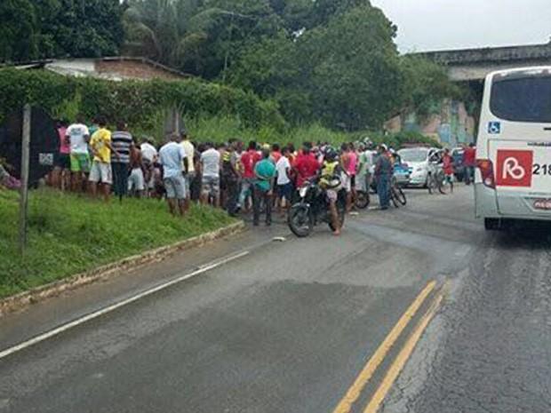Suspeitos de assalto a ônibus foram baleados em troca de tiros (Foto: Reprodução/WhatsApp)
