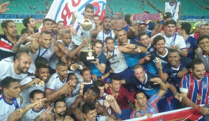 Jogadores festejam o título conquistado neste domingo (Foto: Eric Luis Carvalho)