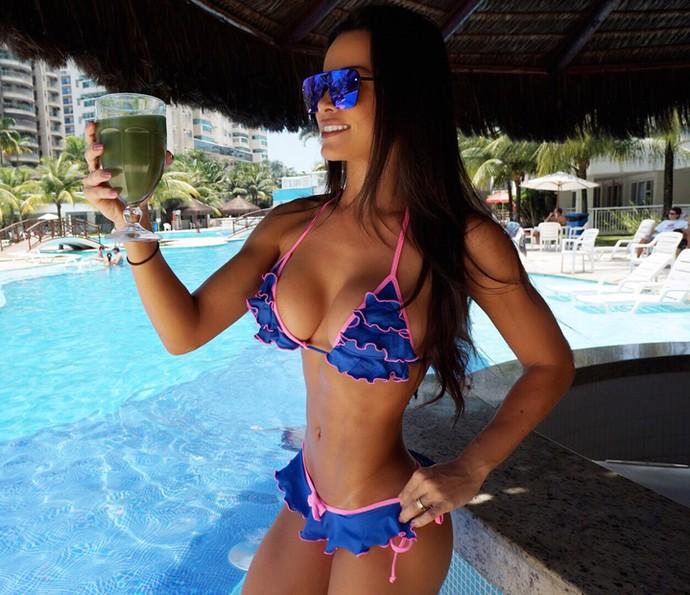 Fernanda D'avila mostra o corpão com o suco na piscina (Foto: Arquivo Pessoal)