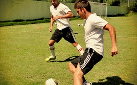 Assista à aula de futebol de Cauã Reymond e Bruno Gissoni