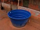 Moradores coletam água da chuva em cidade de MT afetada pela seca