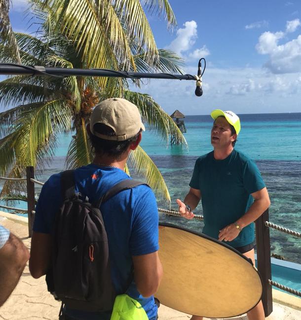 Mario Frias grava um episódio de seu programa 'Tô de férias' em Isla Mujeres, em Cancún (Foto: Divulgação)
