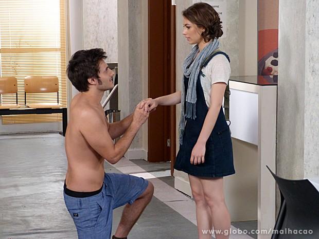 Martin se ajoelha aos pés de Micaela para provar que a ama (Foto: Malhação / TV Globo)