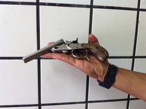 Garrucha calibre 32 foi apreendida com um menor (Foto: Diego Souza)