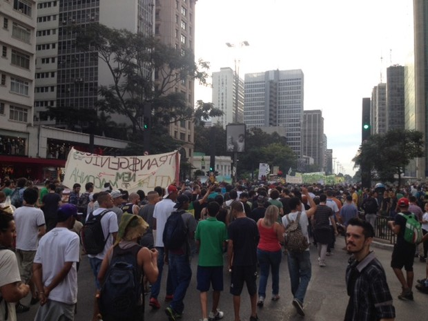 Marcha caminha pela Avenida Paulista na tarde deste sábado (Foto: Vivian Reis/G1)