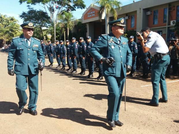 Atual e antigo comandante em revista à tropa (Foto: Gabriela Pavão/ G1 MS)