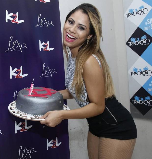 Lexa ganha bolo de fãs (Foto: Daniel Pinheiro/AgNews)