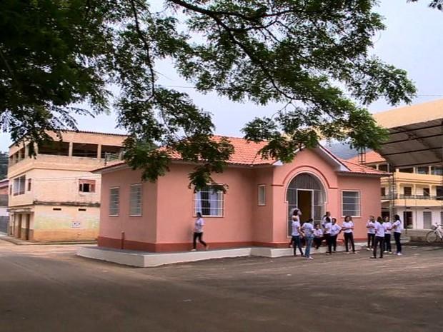 Casa rosa onde mulheres se reúnem para produzir (Foto: Reprodução/ TV Gazeta)