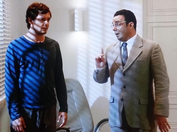 Castilho reaparece para Caíque e diz que vai ajudar o amigo a escapar (Foto: TV Globo)
