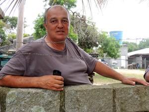 Luiz nasceu na Praia do Estaleirinho e conta histórias do local (Foto: Géssica Valentini/G1)