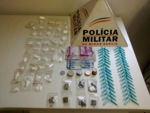 Além das droas, uma pequena quantia em dinheiro estava dentro da sacola (Foto: Polícia Militar)