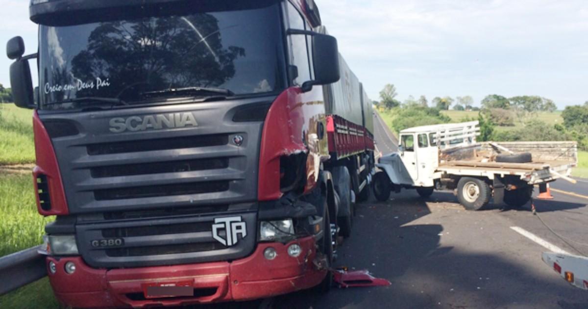 Motorista invade pista contrária e atinge lateral de carreta - Globo.com