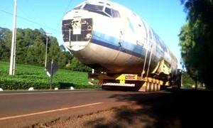Após 17 dias de viagem, carcaça de avião chega a Itapejara d'Oeste, no PR