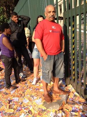 Segurança chegou antes das 7h para ser o primeiro a votar. (Foto: Nathália Duarte/G1)