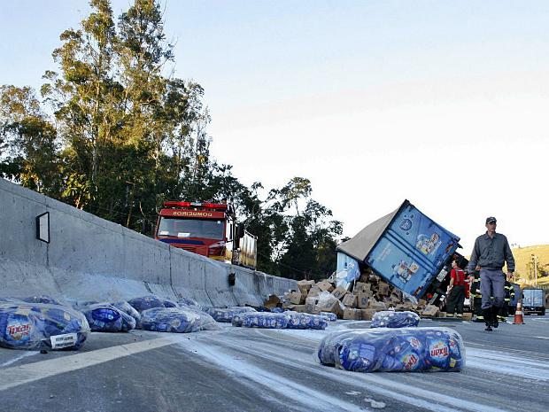 Caminhão carregado de detergentes tomba em rodovia de Itatiba (Foto: Cleber Quintino/ Itatiba News)