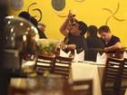 Maradona se diverte com amigos em uma churrascaria carioca