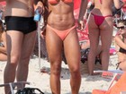 Mayra Cardi curte praia ao lado do marido no Rio