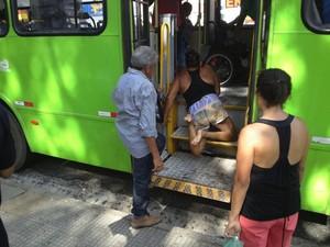 Mulher precisou da ajuda dos outros passageiros (Foto: Jimmy Monteiro)