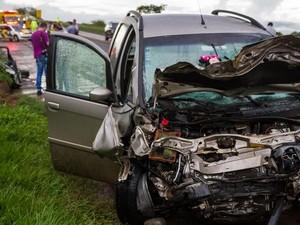 Carro ficou destruído após colisão na SP-255 em Araraquara (Foto: Deivide Leme/Tribuna Impressa)