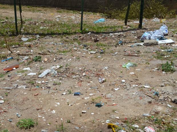 Lixo jogado em terrenos baldios pode causar inundações ou contaminação do solo (Foto: Krystine Carneiro/G1)