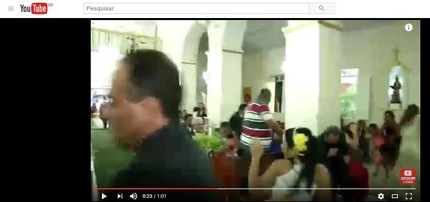 Homem entra na igreja em Limoeiro de Anadia, Alagoas, vai em direção aos convidados do casamento, puxa arma e atira (Foto: Reprodução/Youtube)