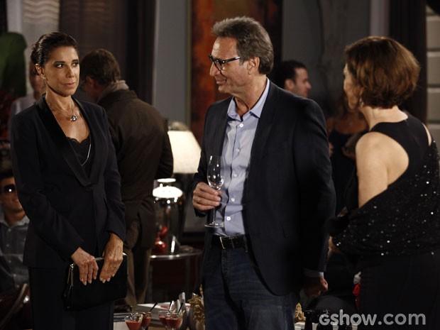 Com cara de poucos amigos, Branca não faz questão de ser agradável com Ricardo e Chica (Foto: Ignácio Moraes/ TV Globo)