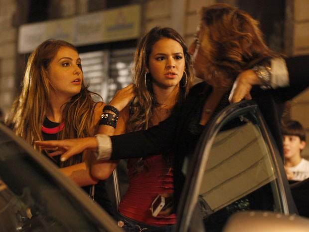 Wanda tenta impedir que Lurdinha e Rayanne vejam o bebê (Foto: Salve Jorge/TV Globo)