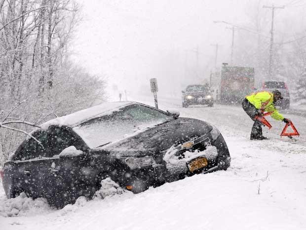 Carro cai em uma vala em uma estrada de Buffalo (NY). (Foto: David Duprey / AP Photo)