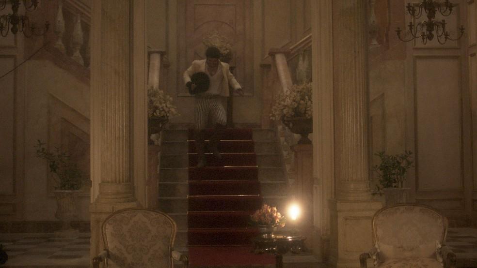 E Pedro corre para encontrar a amante  (Foto: TV Globo)