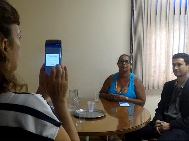 Marisa Teixiera, diretora do Cebrav, ativa Olho Eletrônico com comando de voz Goiânia Goiás (Foto: Vanessa Martins/G1)