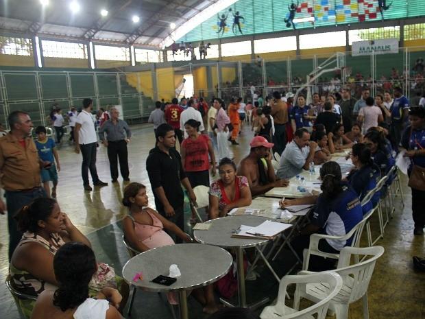 Famílias são atendidas no ginásio Ninimberg Guerra, no bairro São Jorge, Zona Oeste de Manaus (Foto: Girlene Medeiros / G1 AM)