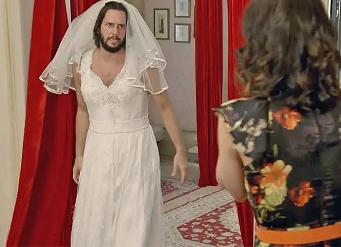 Armane se veste de noiva com ajuda de Fátima para se livrar de encrenca (Foto: Gshow)