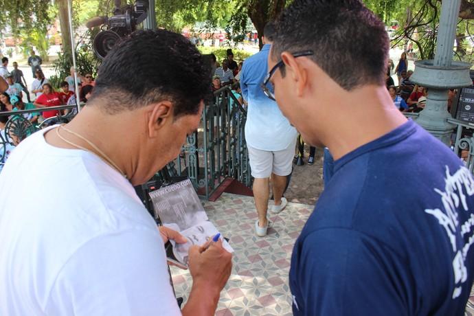 Fã de Cileno aproveitou para pedir autógrafo do cantor (Foto: Katiúscia Monteiro/ Rede Amazônica)