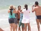 José Loreto mergulha e posa com fãs na praia de Ipanema