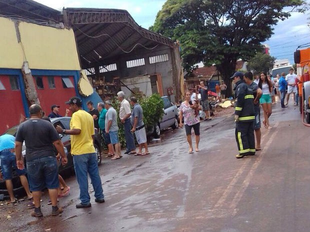 Três carros foram atingidos pela parede que desabou (Foto: Dirceu Ferreira de Freitas/Arquivo Pessoal)