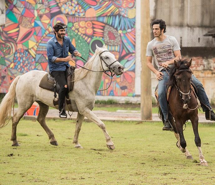 Nikolas Antunes e Mateus Solano em aula de equitação (Foto: João Cotta/Globo)