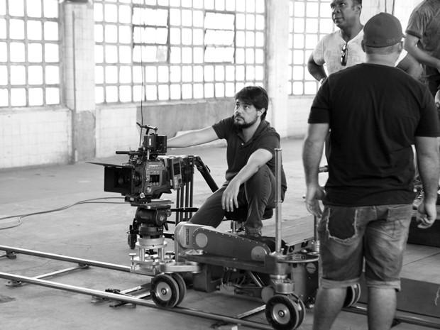 René Sampaio, diretor do seriado, estuda posições de câmera (Foto: Carol Caminha/Gshow)