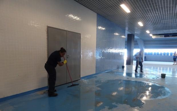 Trabalhadores limpam espaços da Arena do Grêmio (Foto: Lucas Rizzatti/Globoesporte.com)