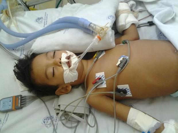 Henry está internado no Hospital da Criança, em Boa Vista (Foto: Arquivo Pessoal/Wilker Esbell)