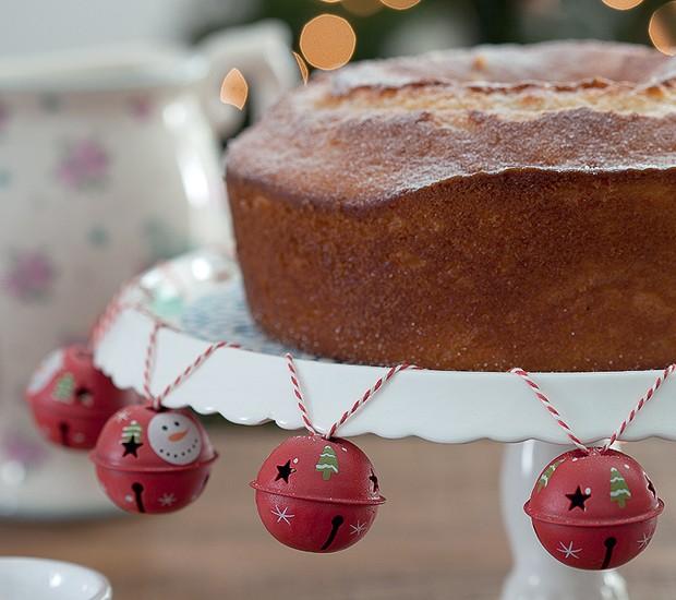 Com um cordão cheio de guizos, você customiza o prato de bolo (Foto: Fotos Cacá Bratke/Editora Globo   Realização Cláudia Pixu   Produção Ellen Annora)