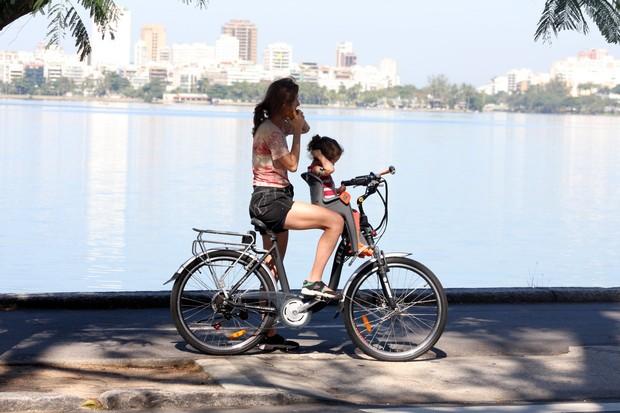 Betty Gofman passeia com as filhas no RJ (Foto: JC Pereira/Agnews)