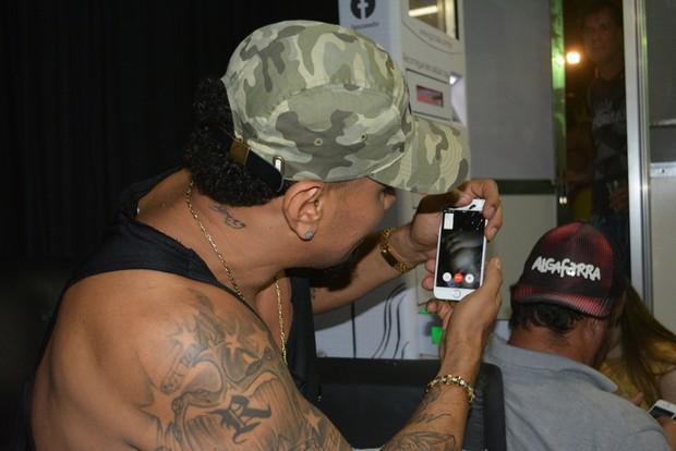 Naldo Benny usa o FaceTime para matar saudades da filha (Foto: Felipe Souto Maior/AgNews)