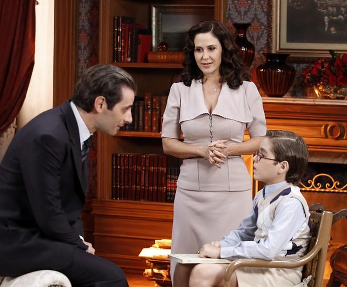 Dissimulada, Ilde (guilhermina Guinle) esconde do marido Araújo (Flávio Tolezani) que maltrata o enteado Claudinho (Xande Valois) (Foto: Raphael Dias/Gshow)