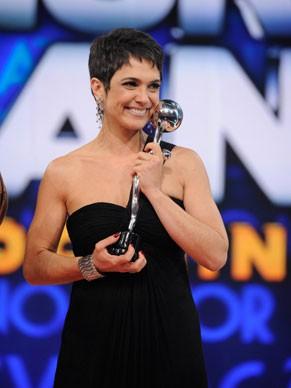 Sandra Annenberg recebe o troféu Melhores do Ano 2012, do Domingão do Faustão, na categoria Jornalismo (Foto: Divulgação)