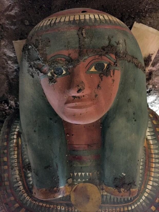 Múmia foi descoberta perto de um templo construído pelo faraó da XVIII dinastia Tutmés III, no leste de Luxor, um museu a céu aberto a 700 km do Cairo (Foto: STRINGER/EGYPTIAN ANTIQUITIES MINISTRY/AFP)