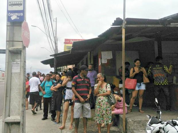 Ponto de ônibus na Rua Lóris Cordovil, Zona Centro-Oeste de Manaus, tinha grande concentração de pessoas (Foto: Isis Capistrano/G1 AM)