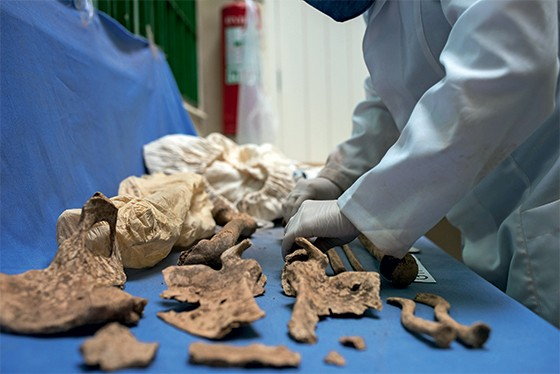 Técnicos manipulam as ossadas retiradas do cemitério de Perus em 1990 (Foto: Ignacio Aronovich/Lost Art/ÉPOCA)