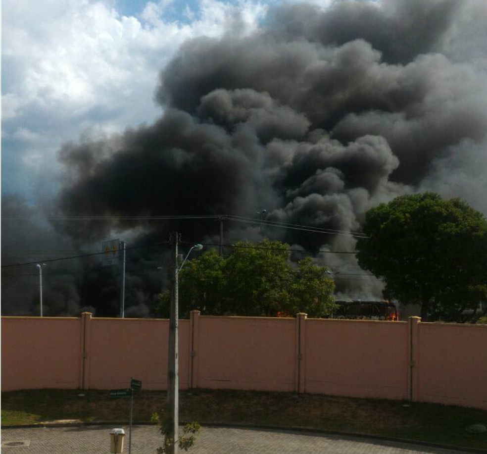 Moradores registram ataques a ônibus em diversos bairros de Fortaleza (Foto: Arquivo pessoal)