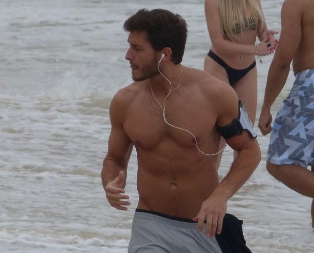 Leonardo e sua corridinha sagrada na praia (Foto: Império/TV Globo)
